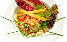 Salaattia taskuravuista ja itse tehdyistä krutongeista.