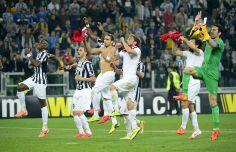 I giocatori della #Juventus corrono a festeggiare l'ennesima vittoria sotto la curva. #Juventus - Lione 2 a 1