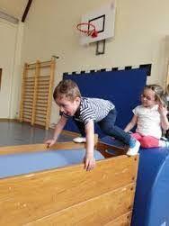 Resultado de imagen para kindergarten ideen turnen Sports Activities, Motor Activities, Activities For Kids, Toddler Gym, Kids Gym, School Sports, Kids Sports, Games 4 Kids, Preschool Gymnastics