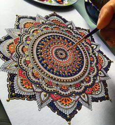 Met eindeloos geduld en een vaste hand doetAsmaan A. Mosleh er tussen de 8 en 54 uur over om haar mandala's te maken. Ze maakt haar eigen patronen en bouw