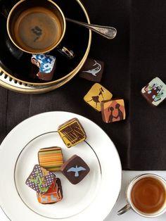 京都旅行の楽しみの一つにスイーツがあるのは間違いはない!と言えるほど、抹茶や老舗の甘味屋は多いもの。お土産に持って帰って食べるのもいいけど、古い町並みを見ながら味わうのは、また別格。お馴染みのお土産の中に、今度はチョコレートも入れてみてはいかが。