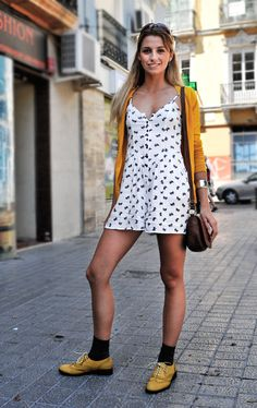 """en palabras del propio autor del blog: """"Nada inusual excepto por la forma en que los calcetines interceden entre los zapatos amarillos y las piernas. Unos calcetines rasos, convencionales"""" genial!!"""