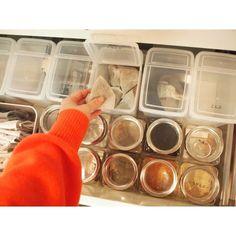 キッチンで毎日よく使うアイテムを、カップボードの開け閉めしやすい引き出しに収納します。 セリアとキャンドゥのケースを使って、見やすくすっきりとした収納にしています。