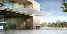 grande terrasse élégante avec stores bannes motorisés en blanc