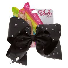 "<!-- mp_trans_remove_start=""FR"" -->Get the ultimate dancing hair accessory with this super fun large black colored signature hair bow decorated with hemitite pearls and stones from the JoJo Siwa collection. The bow has been attached to a metal salon clip making it really easy to wear and has been covered in rhinestones so you will sparkle from head to toe. - <UL> - <LI>JoJo Siwa collection - <LI>Large black rhinestone & dark pearl bow - <LI>Metal salon clip</LI></UL> - <P>The JoJo Siwa…"