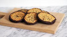 Sprø havreflarn kan spises som de er, eller settes sammen med sjokolade i mellom. De holder seg godt om de oppbevares kjølig, så lag gjerne dobbel porsjon.  Bruk glutenfri havre og havremel for en glutenfri variant!  Oppskriften gir ca. 30 havreflarn, nok til 15 doble med sjokolade.  Oppskrift og foto: Julie Ilona Balas/Julies matblogg