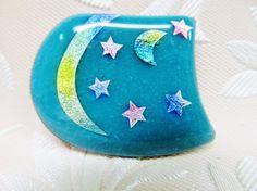 七宝焼きのブローチです。 銀箔をカットして月と星を作り、緑青の地色に焼き付けました。 彩色は全体に淡い色つけになっています。 優しく穏やかな色合いの一品です。...|ハンドメイド、手作り、手仕事品の通販・販売・購入ならCreema。