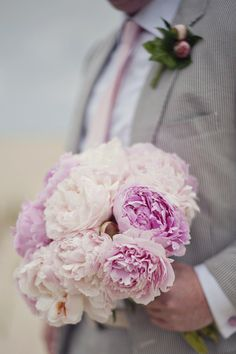 seersucker and pink peonies are a mighty fine combination  Photography by riamackenziephotography.com, Floral Design by patricermilley.com