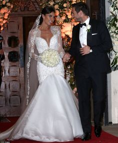 So so glamour Catherine Bleakley married Frank Lampard wearing this stunning Suzanne Neville dress. Love the veil too