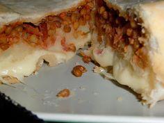 La pasticcioneria: TORTE SALATEPasta sfoglia Lenticchie allo speck (queste) 1 patata lessa grande, o 2 piccole qualche pezzo di formaggio (nel mio caso emmental)  Procedimento: Niente più di una ricetta svuotafrigo: ho steso la pasta, rivestito una teglia da plumcake, e adagiato sul fondo le lenticchie. Ho sbriciolato sopra la patata, e sopra ancora il formaggio, che sciogliendosi andrà a riempire i buchi. Chiuso tutto, e infornato una mezz'ora a 210°. Buona! A volte le cose più strane non…