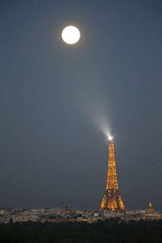 フランス パリ  París - CHARLES PLATIAU/REUTERS/Reuters 【2015年最大の満月】