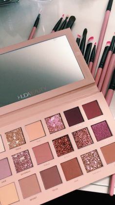 Huda Beauty is our makeup inspiration! This eyeshadow palette is just gorgeous and the shades have such great range you can really create tons of new creative looks with this! Makeup Goals, Makeup Inspo, Makeup Inspiration, Makeup Hacks, Makeup Geek, Makeup Brands, Best Makeup Products, Make Up Products, Beauty Products