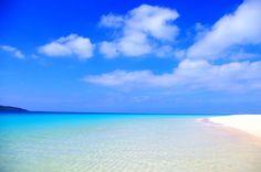 宮古島といったら、 なんといっても海が綺麗で 楽園のような美しいビーチが沢山あります。  お勧めのビーチは、山ほどありますが、 今回はこのビーチをご紹介します。  与那覇前浜ビーチ(よなはまえはまビーチ) 通称「前浜ビーチ」(まいぱま・まいばま)    宮古島に行ったことがある方にとっては、 一番有名なビーチです。 別名「東洋一美しいビーチ」 とも言われています。  見渡す限りのエメラルドグリーンの美しい海。  対面の来間島にかけて海の青色がどんどん濃くなっていく 水のグラデーションがとても美しく綺麗で言葉を失います。  白いサラサラした砂浜が、 夢の世界に生きているのではないかと 錯覚さえ覚えてしまう、そんなビーチです。  決して本土では見られない、極上のビーチ。  世界最大の旅行口コミサイトの トリップアドバイザーが発表した 世界の旅行者からの投稿をもとにしたランキングの 日本のベストビーチ部門で なんと 2010年・2011年で 2年連続の1位! そして、 2013年・2014年・2015年と なんと 3年連続の1位!…