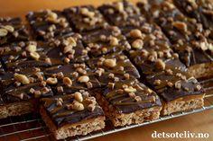 Hei, Snickerskake i langpanne er superpopulær her på bloggen, både med lys sjokoladeglasur og mørk sjokoladeglasur. Nå kan jeg fortelle dere noe kult: Kaken blir enda bedre med et lag karamell i tillegg til sjokoladeglasuren! Oppskriften er til stor langpanne. Crazy Cakes, Food And Drink, Candy, Chocolate, Breakfast, Desserts, Recipes, Breads, Caramel