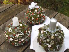 Vánoční+koule+Ozdobné+koule+na+sváteční+stůl+vyrobené+převážně+z+přírodnin+-+mech,+šišky,+bobule+...,+mašličky,+keramika,+třpytky...+Tyto+koule+vydrží+krásné+až+do+jara.+průměr+cca+17+cm
