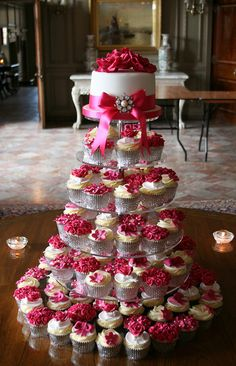 fuchsia wedding cake with cupcakes :)