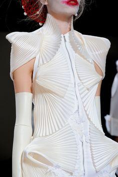 Thom Browne at New York Fashion Week Spring 2014 - Details Runway Photos Space Fashion, Fashion Art, Runway Fashion, Womens Fashion, Fashion Design, Couture Details, Fashion Details, Mode Origami, Vetements Clothing