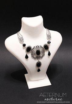 Collier gothique victorien noir avec un filigrane, agate noir naturel et cristaux noirs de Swarovski - bijoux gothique victorien