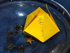 """Diese Sterne haben es in sich! Jeden Tag in der Zeit vor Weihnachten nehmen wir einen Stern vom blauen """"Himmel"""" und legen ihn in eine flache Schale mit """"Zauberwasser"""" (Wasser…"""