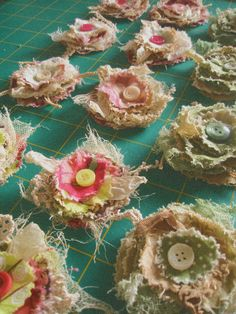 Sewing Fabric Flowers layered flowers with burlap and buttons, would make an good wreath Cloth Flowers, Shabby Flowers, Burlap Flowers, Lace Flowers, Felt Flowers, Button Flowers, Burlap Projects, Burlap Crafts, Sewing Projects