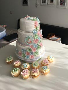 Jubileumtaart met een familie wapen. En heerlijke cupcakes met bloemen #cupcake #weddingcake #flowers #homemade