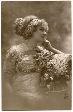 Old Vintage Photo Image – Beautiful Paris Lady