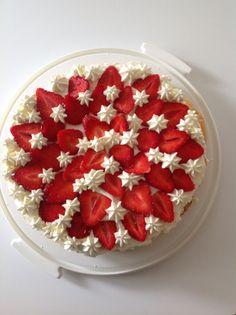 Maräng/gräddtårta med färska jordgubbar Raspberry, Baking, Fruit, Food, Bakken, The Fruit, Bread, Meals, Raspberries