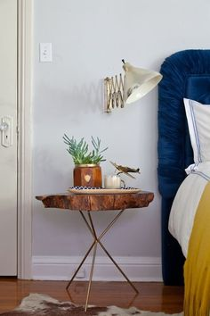 and Nightstand Styling: 1 Room, 3 Different Looks - Emily Henderson Bedroom and Night stand styling: 1 room, 3 different looks Diy Table, Wood Table, Lamp Table, Modern Rustic Bedrooms, Wood Nightstand, Unique Nightstands, Wood Bedroom, Diy Bedroom, Vintage Bedrooms