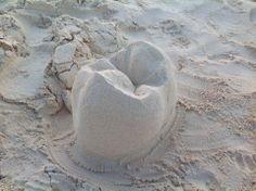 ¡Los castillos quedaron atrás, mejor construyamos muelas en la arena! #odontología #ortodoncia