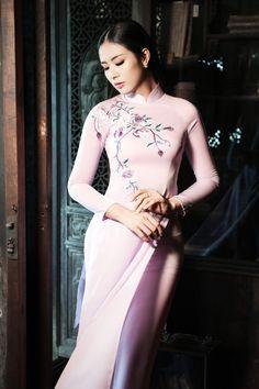 Những thiết kế áo dài hoa dịu dàng và nữ tính
