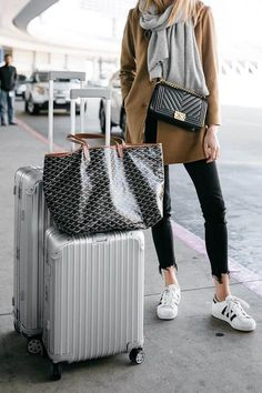 40 Summer Travel Outfits to Make you Feel Comfy – Page 2 – BelleTag – comfy travel outfit summer Rimowa Luggage, Goyard Luggage, Chanel Luggage, Travel Outfit Summer, Travel Outfits, Summer Travel, Goyard Tote, Sneakers Street Style, Tenis Casual