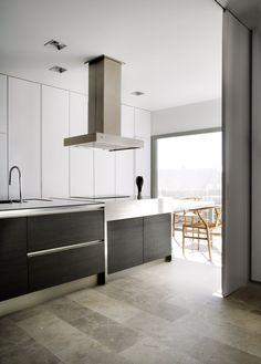 cocina minimalista encimera prolongada como office