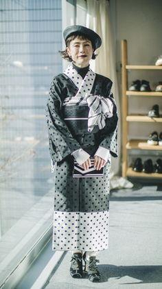 着物ブランド「KIIRO」がデビュー。 2018年1月17日(水)より伊勢丹新宿店本館2階センターパーク/TOKYO解放区と7階呉服/着物語に限定ショップをオープンし、発売を開始する。「KIIRO」は... Kimono Japan, Yukata Kimono, Kimono Outfit, Kimono Fashion, Fashion Dresses, Traditional Japanese Kimono, Traditional Dresses, Japanese Geisha, Modern Kimono