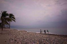 La gente lanza piedras al océano, mientras el huracán Patricia se acerca al centro turístico de la c... - Cesar Rodriguez/AP Photo