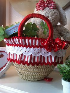 Caperucita Roja: cestos de paja Hobbies And Crafts, Diy And Crafts, Beach Basket, Recycled Plastic Bags, Bow Bag, Basket Liners, Straw Handbags, Creation Couture, Sewing For Kids