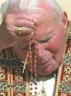 Pope John Paul praying the Rosary Praying The Rosary, Holy Rosary, Rosary Catholic, Catholic Prayers, Catholic Saints, Catholic Readings, Catholic Churches, Saint Jean Paul Ii, Pape Jean Paul Ii