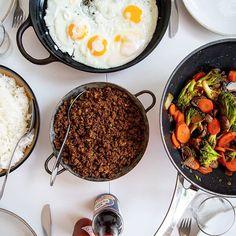 """Koreansk färs serverad med ris, wokade grönsaker och stekta ägg. Fantastiskt gott och ganska lättlagat. Lika gott att tillagas med vegofärs och man kan enkelt skippa äggen om man vill det🍳 """"Mamma detta är nästan som pyttipanna"""" sa min sjuåring när han mumsade i sig maten❤😁 Recept hittar du i länken i min profil➡️ @zeinaskitchen Zeina, Asian Recipes, Ethnic Recipes, Iron Pan, Drinking Tea, Seafood, Curry, Tasty, Lunch"""