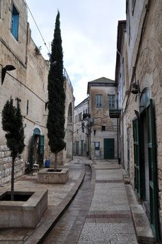 Streets of old Nazareth.                                Calle de Jerushalayim.
