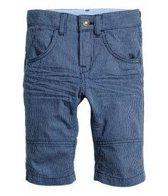 Mørkeblå/Smalstribet. Clamdiggers i vasket bomuldskvalitet. Bukserne har for- og baglommer. Justerbar elastik i taljen samt gylp med lynlås og trykknap.