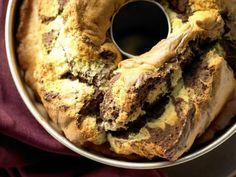 Klassischer Marmorkuchen mit Vanille und Kakaopulver. Supersaftig und supereinfach – ein echter Lieblingskuchen eben! | 235 kcal | 35 Minuten Zubereitungszeit | http://eatsmarter.de/rezepte/klassischer-marmorkuchen-smarter