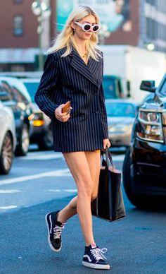 Street style look blazer oversized com tênis.