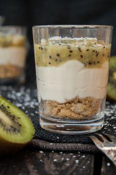Cheesecake im Glas mit weißer Schokolade und Kiwi