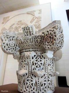 Capitel compuesto. Mármol blanco y talla a trépano. 953-957 dc. Madinat al-Zahra. Medina Azahara. Córdoba