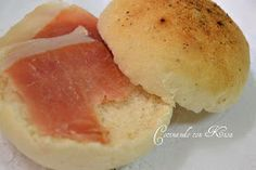 Unos panecillos con sal y pimienta deliciosos para bocadillos conjamónserrano que realzamasel sabor o simplemente con una car...