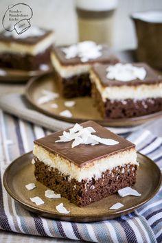 Super schokoladiger Kokos-Schokoladen-Kuchen vom Blech (Bounty Kuchen) mit einem Brownie Boden, einer Kokos-Grieß-Schicht und einem Vollmilch-Schokoladenguss. Super lecker, saftig und mega schokoladig! Der perfekte Blechkuchen, der beeindruckt!