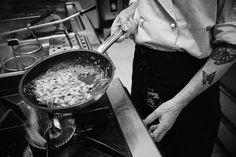 Cooking homemade pasta Cucinando la pasta fatta in casa