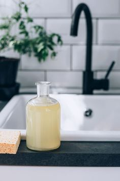 A homemade dish soap recipe that's powerful enough to tackle tough grease and get dishes squeaky clean. Cleaners Homemade, Diy Cleaners, Household Cleaners, Diy Shamballa Armband, Grease, Homemade Dish Soap, No Waste, Cleaning Recipes, Beauty Tricks