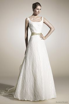 Simplemente Bello. Este vestido de novia, elegante y con mucho estilo. Just love it!  camila-wedding-dress-raimon-bundo-2012