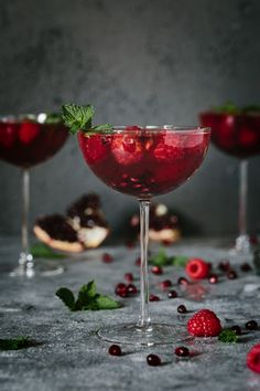 Raspberry and Pomegranate Rosé Summer Cocktail - This recipe is made with mint infused honey simple syrup, gin, pomegranate juice, and sparkling rosé. It is served with fresh raspberries, pomegranate Fancy Drinks, Cocktail Drinks, Yummy Drinks, Cocktail Recipes, Alcoholic Drinks, Beverages, Raspberry Cocktail, Cocktail Ideas, Cocktail Night