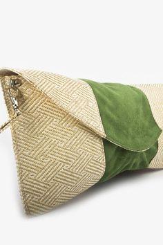 Clutch Beige - Bolsa Tipo Clutch Artesanal, la textura entrelazada con franja de gamuza en verde, 100% diseñado y hecho en México. $549